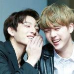 Jungkook Dan Jin BTS Memberikan Hadiah Untuk Fans Yang Datang Ke Pre-Recording ' Inkigayo '